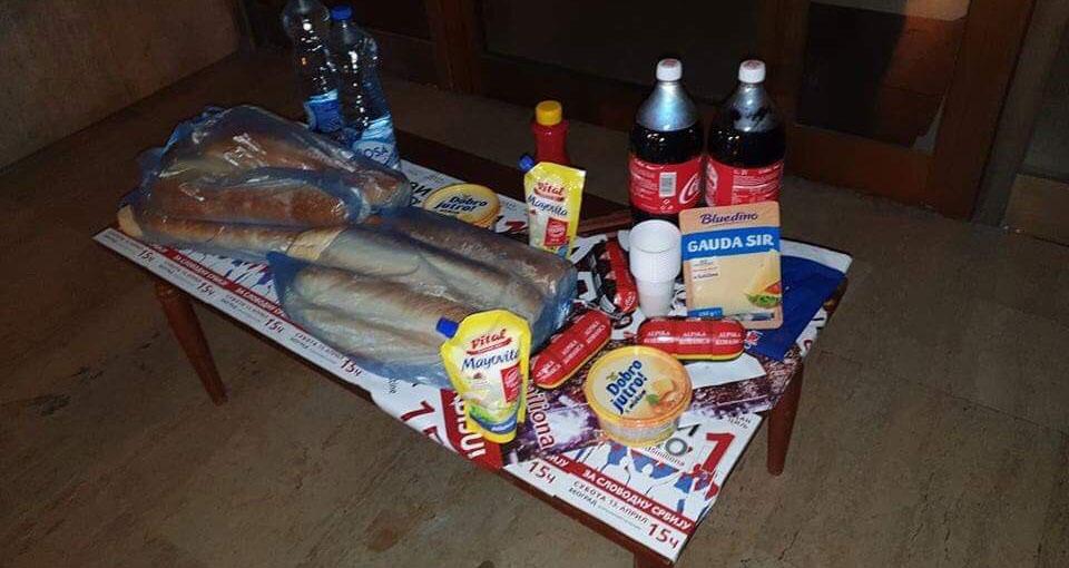 """Врбас:  Чланови Народне странке однели храну за сендвич напредњачким одборницима који """"бране"""" општину"""