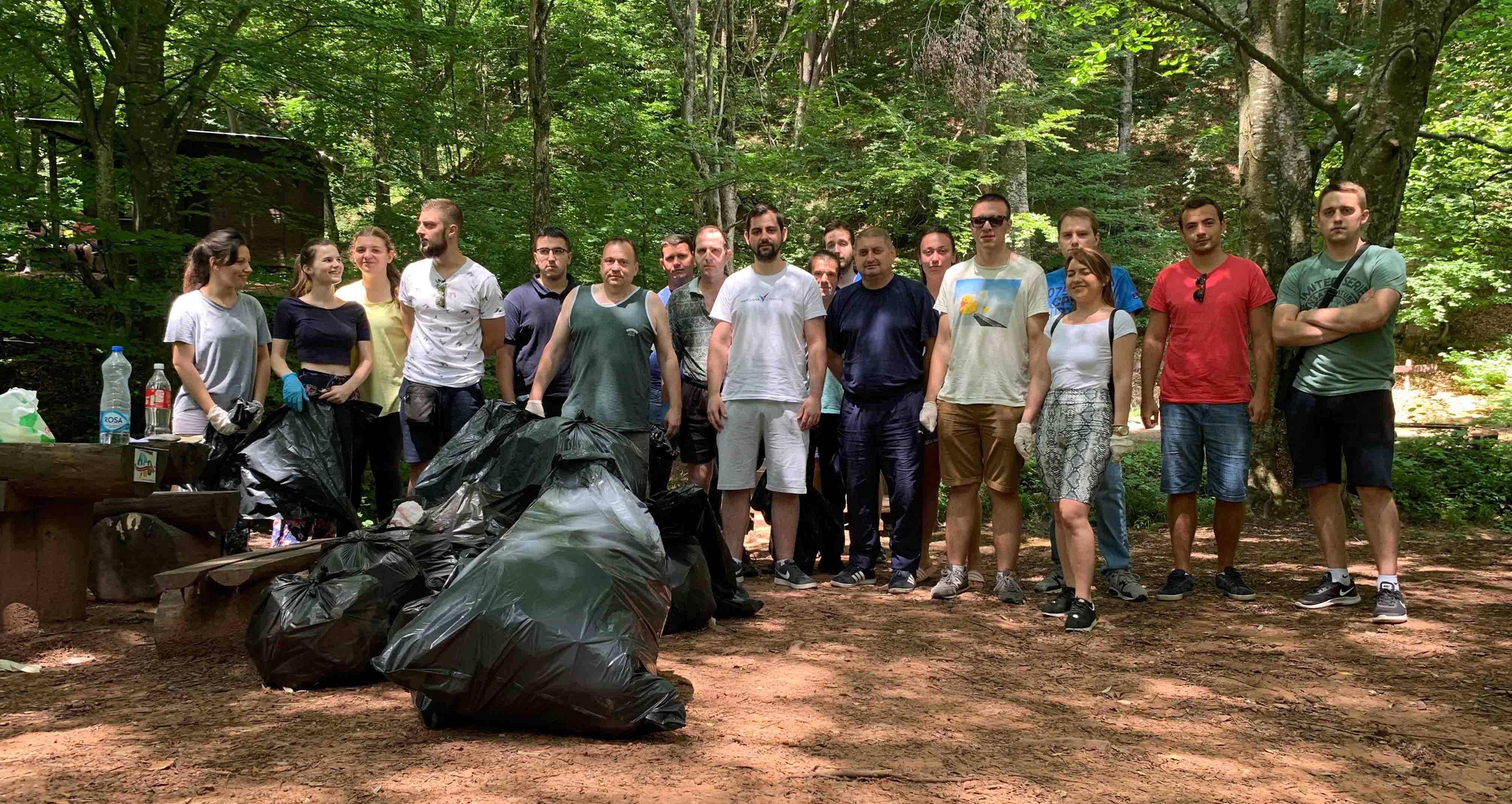 Параћин: Омладина Народне странке очистила обалу Грзе