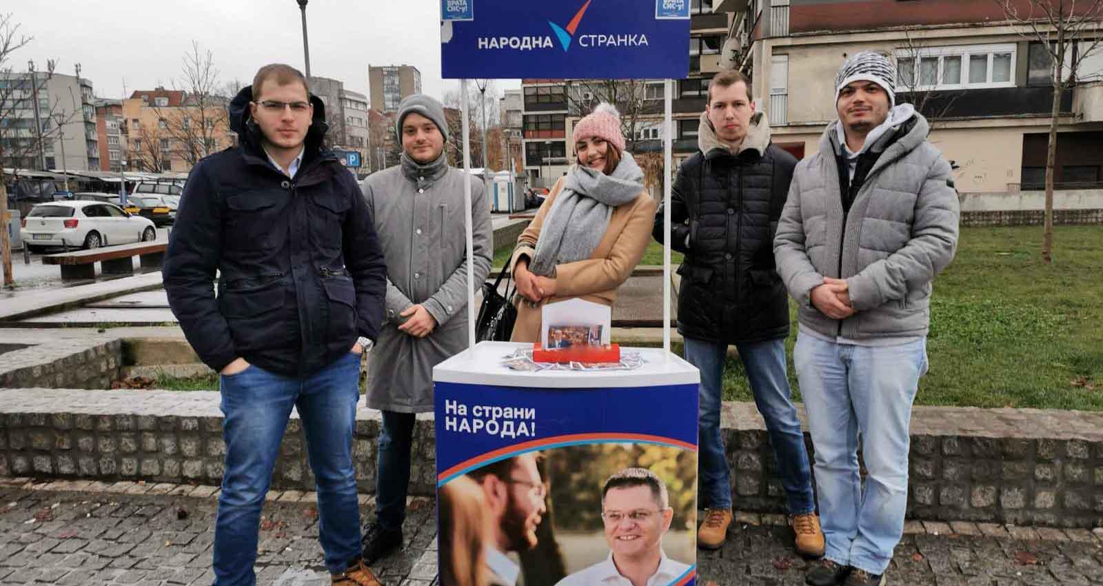 Омладина Народне странке делила новогодишње честитке са ликом Александра Вучића