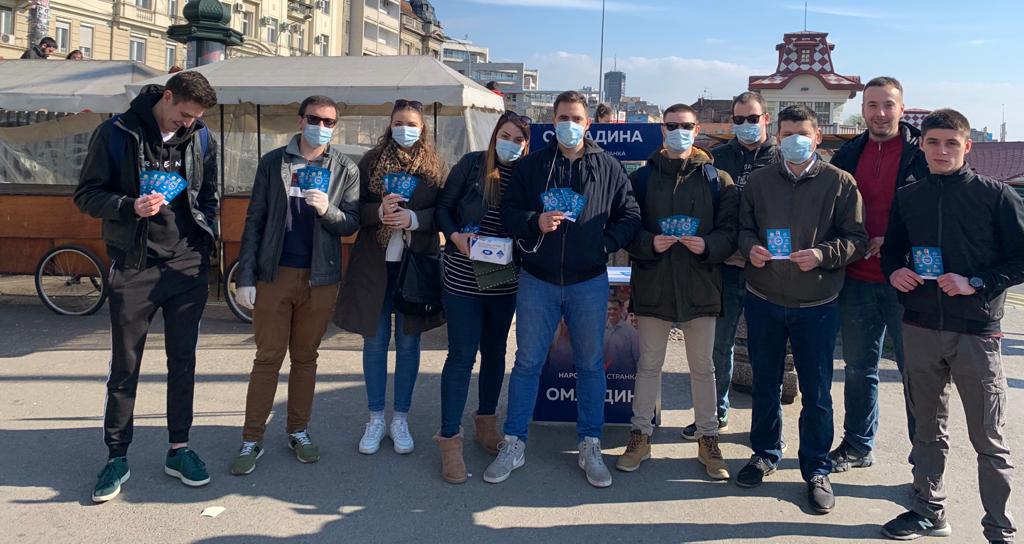 Омладина Народне странке делила грађанима заштитне маске и флајере о вирусу корона