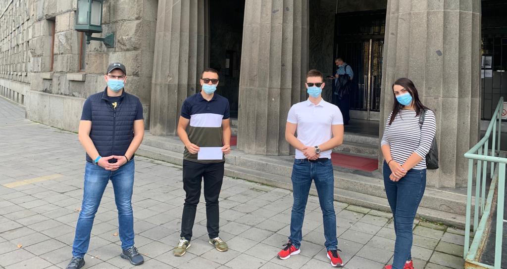 Народна странка поднела пријаву против Александра Вучића због неношења маске